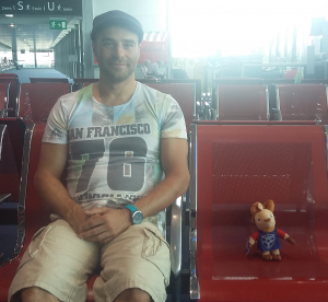 Ben Et Titi attendent à l'aéroport avant le grand départ !